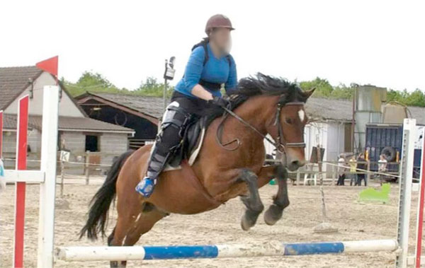 Horse rider affected with EDS, competing with orthoses